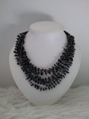 Halskette mit kleinen Steinchen