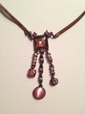 Halskette mit Lederband und Anhänger mit Steinchen in rosé