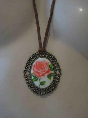 Halskette mit Lederband und Medaillenanhänger