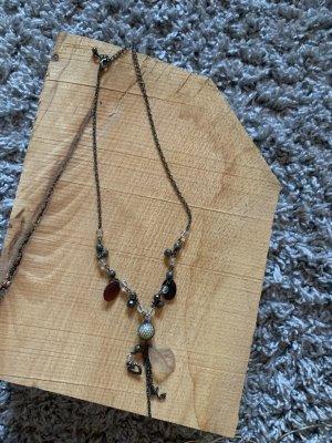Halskette mit Perlen und Anhänger