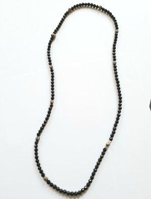 Halskette mit silbernen Totenköpfen