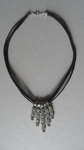 Collar negro-color plata