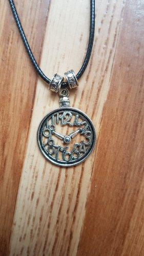 Halskette mit Uhrsymbol