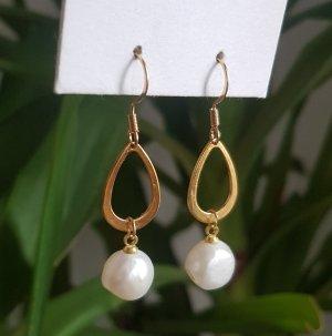 Handgemachte, goldene Ohrringe mit Süßwasserperlen