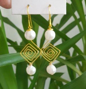 Handgemachte Ohrhänger aus Golddraht mit weißen Süßwasserperlen