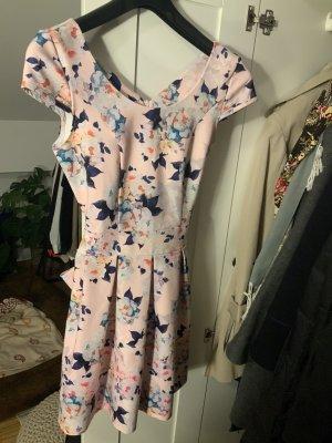 Handgenähtes Kleid,  tailliert