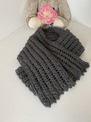 Écharpe en crochet gris foncé