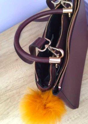 Handtasche in Bordeaux-Rot (und Accessoires)