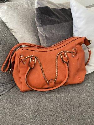 handtasche mit umhängefunktion in orange mit nieten