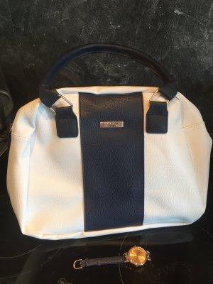 Handtasche und Armbanduhr