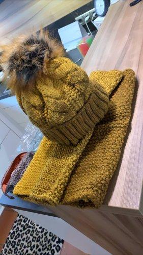 Cappello in pelliccia giallo