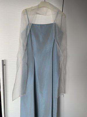 Hell blaues Abendkleid mit Stola