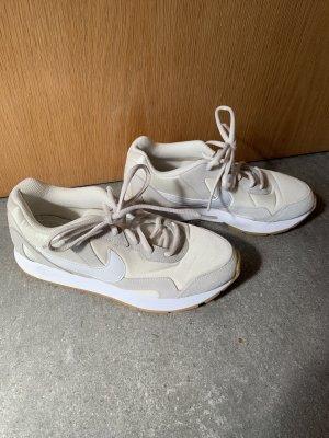 Hellbeige/weiße Nike Sneakers