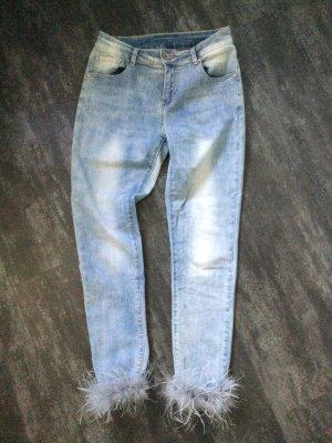 Hellblaue 5 Pocket Slim Jeans mit Federn am Saum von Mozzaar