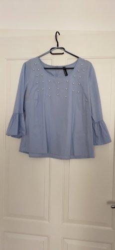 Hellblaue Bluse mit Perlenbestickung