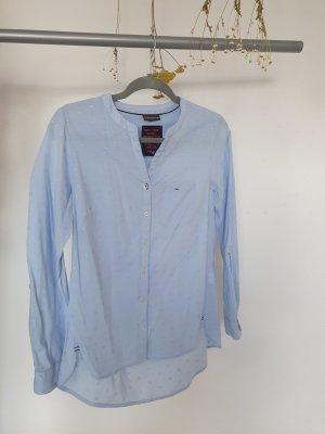 Hellblaue Bluse mit V-Ausschnitt