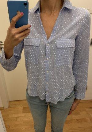 Hellblaue Bluse mit weißen Punkten