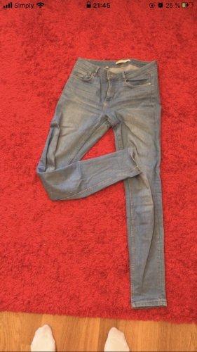 Hellblaue enge Zara Jeans