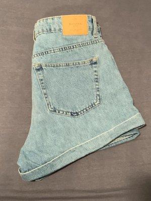 Hellblaue high-waist Hotpants