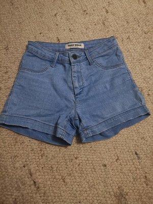 Hellblaue Hotpants