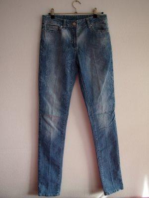 Hellblaue Jeans mit dezenten Blumendetails am Oberschenkel