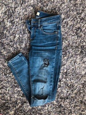Hellblaue Jeans mit Löchern