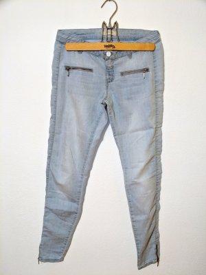 Hellblaue Jeans mit Reißverschlüssen