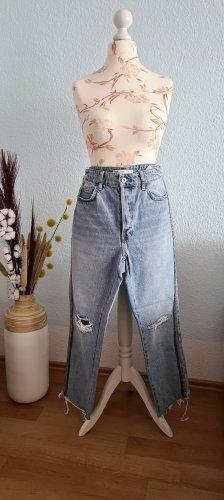 hellblaue Jeans mit seitlichen Satinbänder, destroyed Jeans von Zara