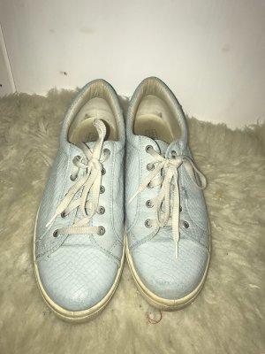 hellblaue Sneaker