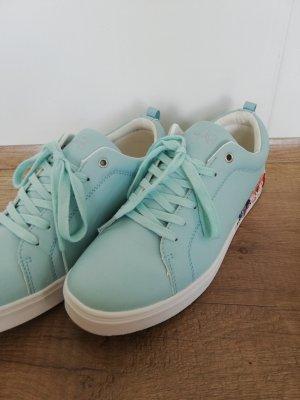 hellblaue Sneaker mit Blumenaufdruck
