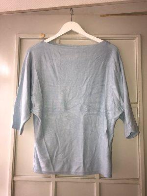 hellblauer Pullover mit rundem, breiten Schulterausschnitt