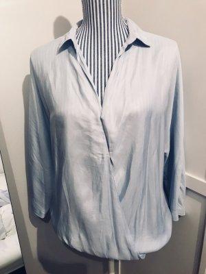 Hellblaues Blusenshirt in eleganter Satinoptik von Zara