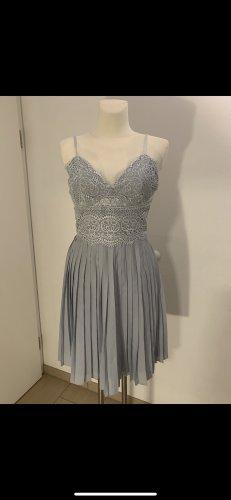 Hellblaues Kleid mit Spitze