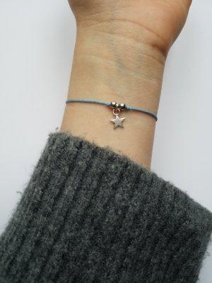 Hellblaues Makramee Armband mit silberfarbenem Stern  und silberfarbenen Perlen