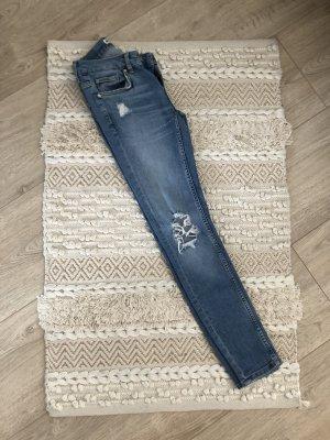 Helle destroyed Jeans mit Löchern