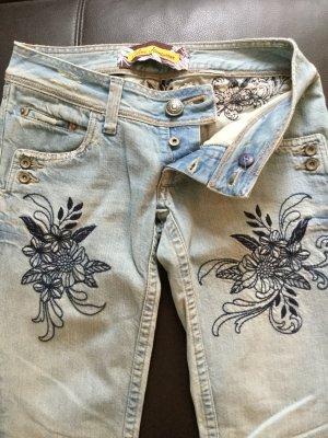 Helle Jeans mit Blumenstickerei