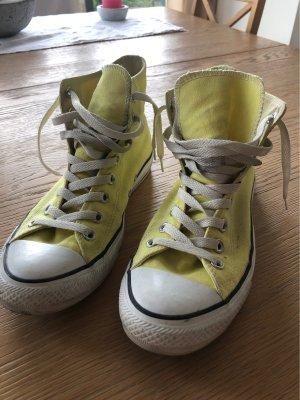Hellgelbe hohe Converse Sneaker