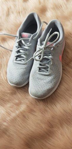 hellgraue Nike Sneaker, Revolution 4, kaum getragen