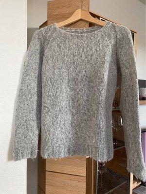 Hellgrauer kuscheliger Pullover