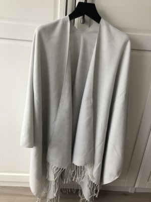 Poncho en tricot gris clair