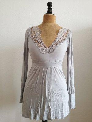 hellgraues Jerseykleid mit Spitzendetails von Vero Moda