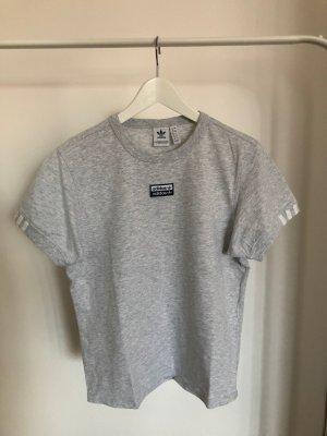 hellgraues T-Shirt mit Adidas-Druck