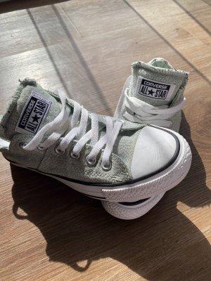 Hellgrüne Converse Schuhe