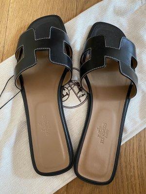 Hermès Oran Ledersandalen schwarz, Größe 40, überall ausverkauft