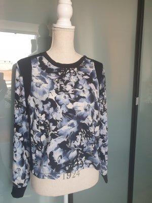 Himmelblauer Pullover