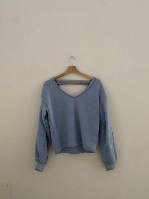himmelblauer Pullover mit Rückenausschnitt