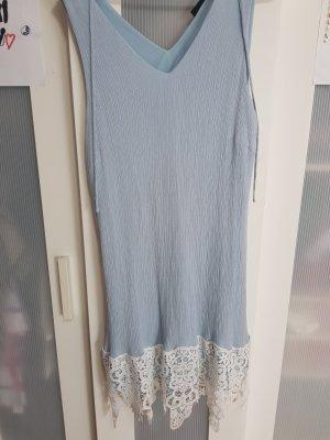 Himmelblaues Kleid mit Spitze