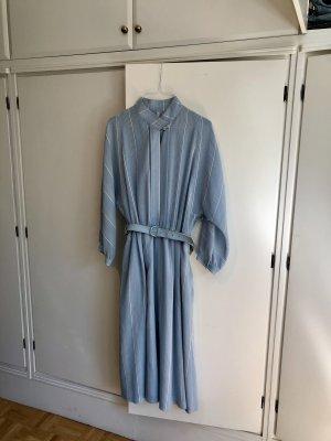 Himmelblaues Kleid mit wollweißem Streifenmuster