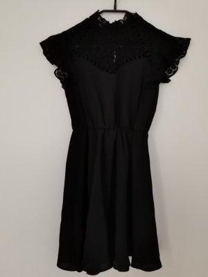 hoch geschlossenes Kleid mit Spitze