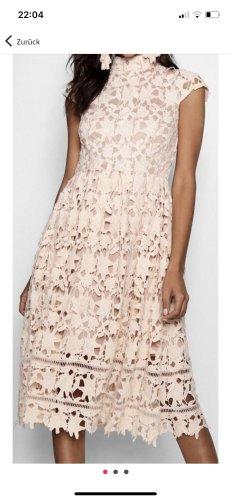 Hochgeschlossenes Kleid aus Spitze